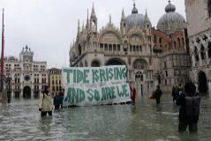 """""""La marea está subiendo"""". Pancarta en la Plaza de San Marcos."""