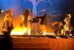 Momento en el que el agresor irrumpe en el escenario con el cuchillo.