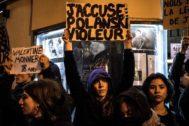 """Manifestantes con el cartel """"Yo acuso: Polanski, violador"""", escrito en francés, el martes en París."""