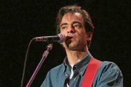 Enrique Urquijo durante un concierto de 1994