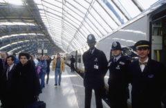 Policías londinenses custodian el tren Eurostar el 14 de noviembre de 1994.