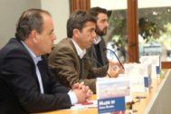 Mazón, ayer, con  el director del Patronato Costa Blanca, José Mancebo, y Carlos Baño, de la Cámara de Comercio. E.M.