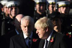 El primer ministro británico, Boris Johnson, junto al líder del Partido Laborista, Jeremy Corbyn, en un homenaje a los caídos.