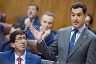 El presidente de la Junta, Juan Manuel Moreno, durante su intervención ante el pleno del Parlamento.