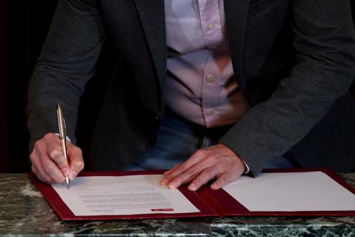 Pablo Iglesias firma el acuerdo alcanzado con Pedro Sánchez el pasado...