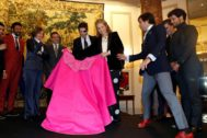La Infanta Elena da un lance ante la ganadera Cristina Moratiel, junto a los matadores Óscar Higares, Enrique Ponce, Juan José Padilla, Miguel Abellán y David Galán