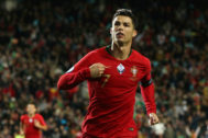 Cristiano celebra uno de sus tres goles ante Lituania.