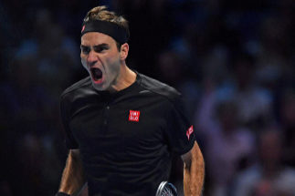 Federer arrolla a Djokovic  y garantiza a Nadal acabar el año como número uno