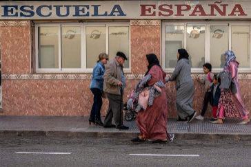 Vecinos españoles y magrebíes se cruzan en una calle del barrio Urbanización Mediterráneo, en Cartagena (Murcia), la localidad más poblada donde ganó Vox el 10-N.