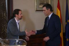 Pablo Iglesias y Pedro Sánchez, se dan un apretón de manos para sellar el acuerdo.