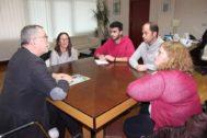 El alcalde de Carballo, Evencio Ferrero, reunido con miembros del colectivo LGBTFobia.