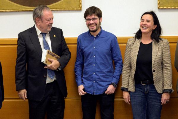 Lander Martínez junto a Pedro Azpiazu y Cristina Makazaga.