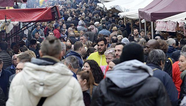 Centenares de personas visitaron ayer el Dijous Bo pese a la lluvia.