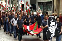 Simpatizantes de la izquierda 'abertzale' homenajean al terrorista que cometió el primer asesinato de la banda, 'Txabi' Etxebarrieta en Bilbao.