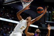 GRAF9231. <HIT>MADRID</HIT>.- El jugador del <HIT>Real</HIT> <HIT>Madrid</HIT> Walter Tavares (i) recoge un rebote ante Brandon Davies, del <HIT>Barcelona</HIT> Lassa, durante el partido de octava jornada de la Euroliga de <HIT>baloncesto</HIT> que se disputa esta noche en el Wizink Center, en <HIT>Madrid</HIT>.