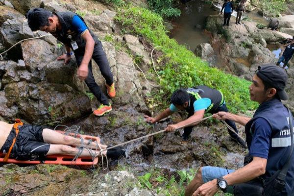 Los equipos de rescate recuperan el cuerpo del turista fallecido.