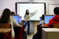 Estudiantes atienden a las explicaciones de una profesora en un instituto de Madrid.