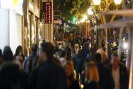 """Cientos de personas por las calles del centro de Alicante, en el conocido como """"tardeo"""""""