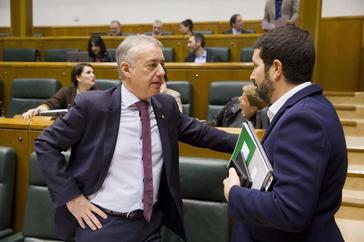 El lehendakari Iñigo Urkullu conversa con el parlamentario nacionalista Unai Grajales en el Parlamento Vasco.
