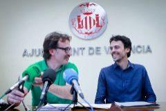 Grezzi, junto al gerente de la EMT, García Alemany, en una rueda de prensa.