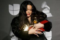 Rosalía posa con sus premios al Mejor Álbum Vocal Pop Contemporáneo y Álbum del Año por 'El Mal Querer' y Mejor Canción Urbana por 'Con Altura', en los Grammy Latinos, en Las Vegas, Nevada.