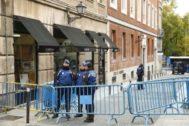 Agentes de la Policía Municipal tras el desalojo de la Ingobernable el pasado miércoles de madrugada,
