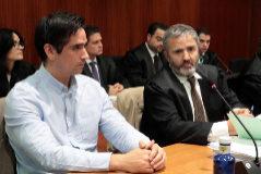 Rodrigo Lanza junto a su abogado en la primera sesión del juicio.
