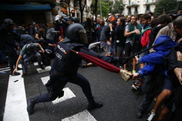Resultado de imagen para Un antidisturbio dispara una granada de gas contra un manifestante en las calles de Santiago. GORAN TOMASEVIC REUTERS