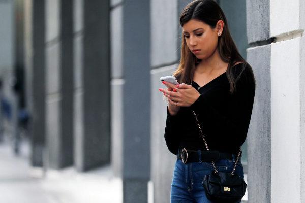 Una joven consulta su 'smartphone'.