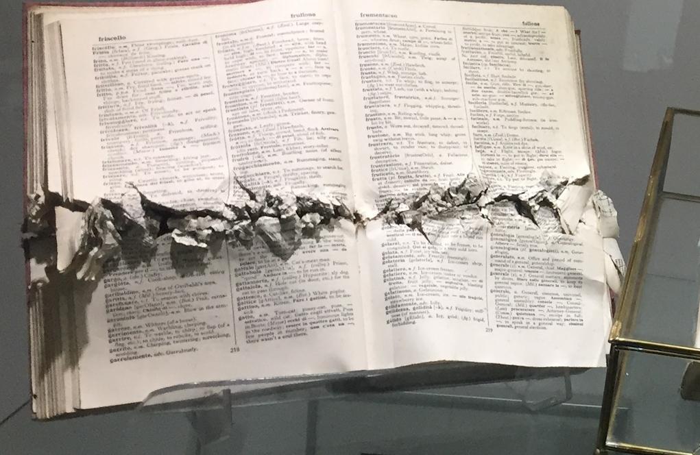 Un libro de los jesuitas ametrallado.