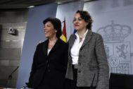 La portavoz del Gobierno, Isabel Celaá, y la ministra de Trabajo, Magdalena Valerio.