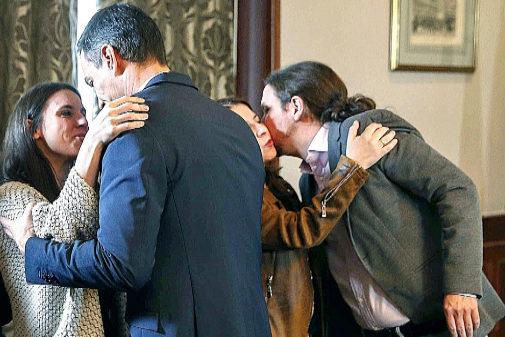 Pedro Sánchez saluda a Irene Montero y Pablo Iglesias a Adriana...