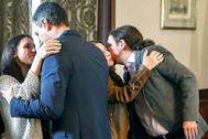 Pedro Sánchez saluda a Irene Montero y Pablo Iglesias a Adriana Lastra, el martes, tras firmar el preacuerdo.