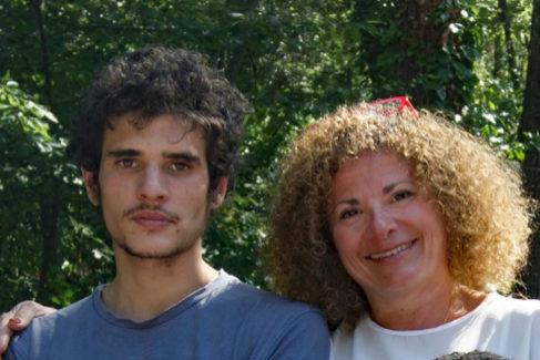 Esta es la última foto de Daniel, días antes de poner fin a su vida, de pie, junto a su madre.