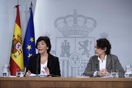 Las ministras Isabel Celaá y Magdalena Valerio, en rueda de prensa...