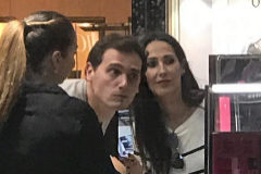 Albert Rivera y Malú, probándose maquillaje en El Corte Inglés de Pozuelo.