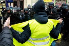 """-FOTODELDÍA- PARÍS.- Grupos de """"<HIT>chalecos</HIT> amarillos"""" multiplicaron este sábado los altercados y los actos de vandalismo en diferentes puntos de París durante una jornada de protestas que marca su primer aniversario y que no logró una gran movilización. El principal punto de tensión a primera hora de la tarde era la plaza de Italia, al sureste de la ciudad, donde manifestantes en su mayor parte con el rostro cubierto para no ser identificados formaron barricadas y las incendiaron, al igual que algunas motos y coches."""