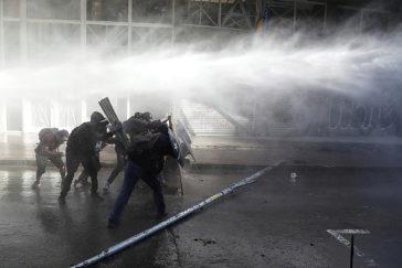 Cañones de agua contra manifestantes durante las protestas en Santiago.