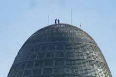 Dos personas en la cúspide de la Torre Glòries en Barcelona.