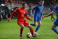Bale, con el balón durante el partido ante Azerbaiyán.