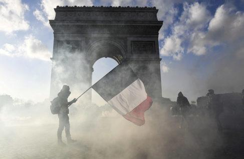 Un 'chaleco amarillo', ante el Arco de Triunfo de París.