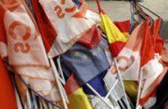 Banderas del partido, de España y de la UE amontonadas en la sede central de Cs el 10-N.
