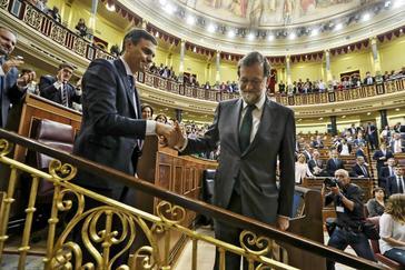 Mariano Rajoy estrecha la mano al nuevo presidente del Gobierno, Pedro Sánchez, tras perder el 1 de junio de 2018 la moción de censura planteada por el PSOE.