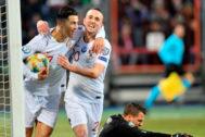 Cristiano Ronaldo celebra con Diogo Jota el segundo gol de Portugal.