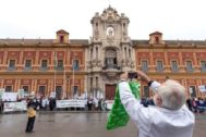 Decenas de profesionales se concentran este domingo en las puertas del palacio de San Telmo convocados por el Sindicato Médico Andaluz.