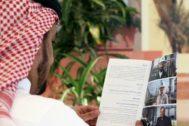 Un hombre lee el folleto de salida a Bolsa de Aramco.