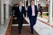 El ex presidente de la Junta, Manuel Chaves, junto al parlamentario socialista Juan Pablo Durán,tras abandonar la comisión.