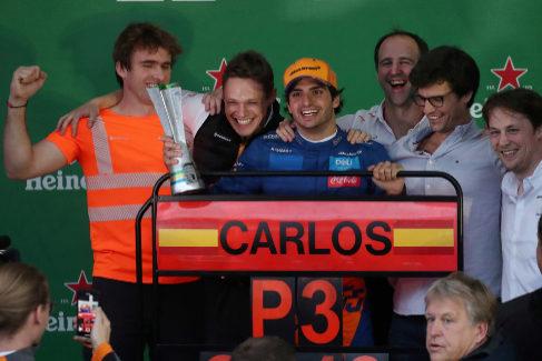 Carlos Sainz consigue el primer podio de su vida tras una sanción Hamilton