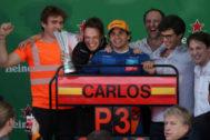 Carlos Sainz celebra el tercer puesto en el GP de Brasil.
