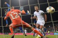 Harry Kane marca el segundo de los cuatro goles de Inglaterra a Kosovo.